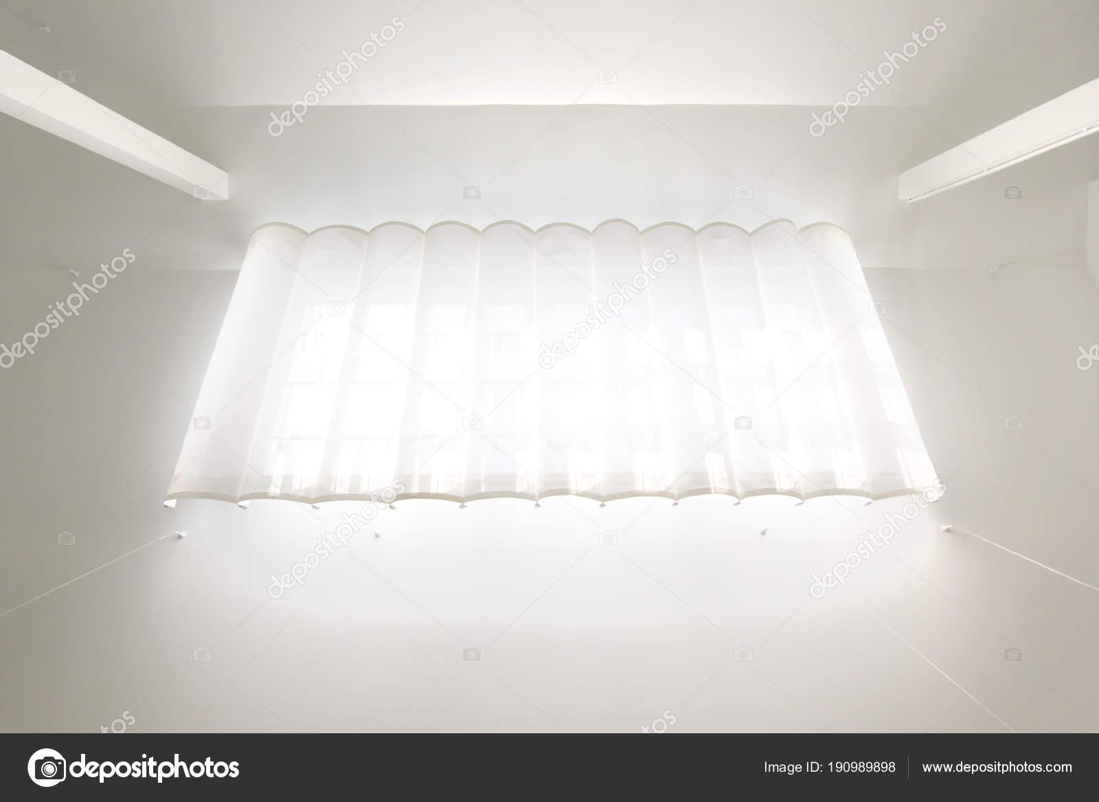 Fenêtre De Toit Avec Rideaux Blancs Photographie Leisuretime13