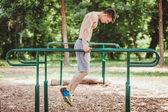 Fotografia I giovani misura luomo che fa push ups in bar
