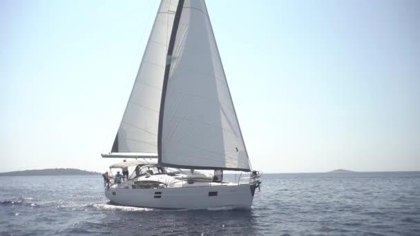 Dvě-plachtění jachty plachtění ve Středozemním moři, volá v přístavu, cestování na jachtě, plachtění jachty na ostrovech Chorvatsko a Itálie