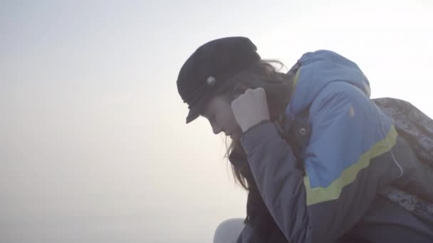 A lány végigsétál a folyóparton és álmodik.