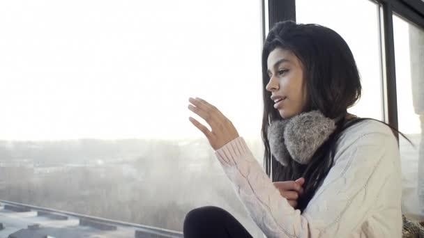 Sexy Mädchen am Fenster lächelt süß, romantisch, erinnert sich an wunderbare Momente aus dem Leben, Winterstimmung.