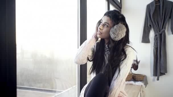 Szexi lány közel az ablakhoz mosolyog édesen, romantikus, emlékeztet csodálatos pillanatokat az élet, téli hangulat.