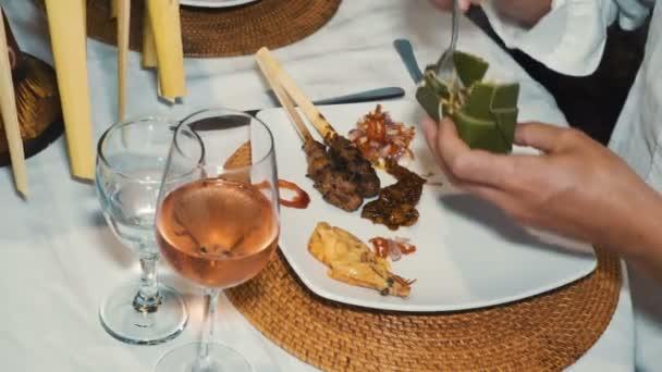 Detailní záběr různých balinéskou potravin na talíři u večeře