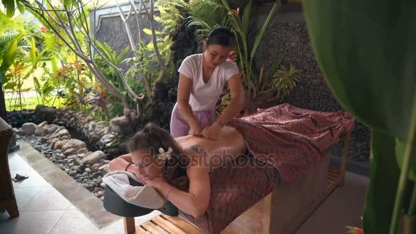 Kavkazský žena s venkovní spa masáže