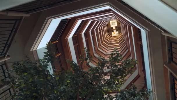 Schodiště i se stromem, pohled z dolního do stropu