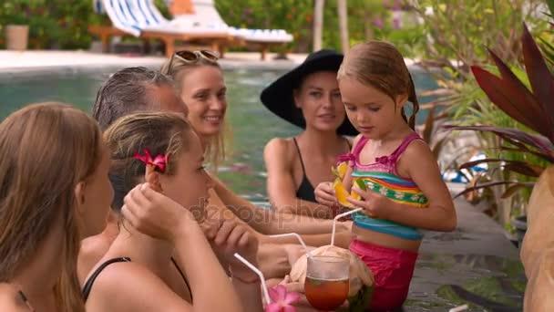 Gäste entspannen an der Pool-Bar des Resorts