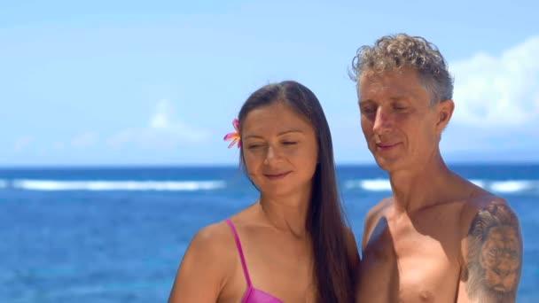 Felnőtt pár nézett le a strandon