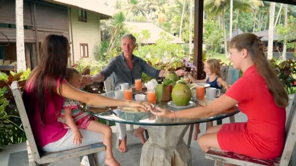 Семья говорить молитвы перед завтраком — Стоковый видеоролик ...