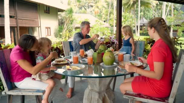 Rodina měla snídaně na venkovní terase
