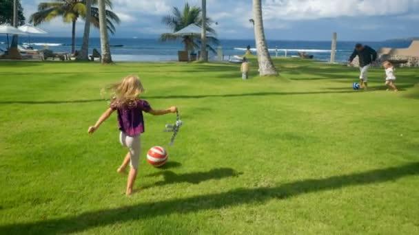 Calcio giochi del padre con due figlie piccole