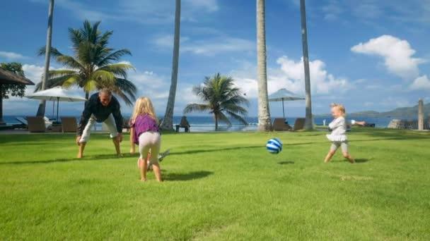 Palla giochi del padre con due figlie piccole