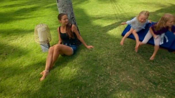 Rodiče s dětmi na houpačce
