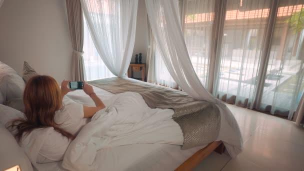 Niña toma foto de cama con dosel para piscina — Vídeo de stock ...