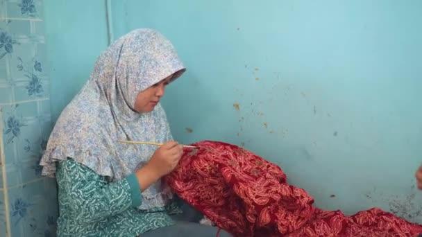 Nő festés batikolt kefével