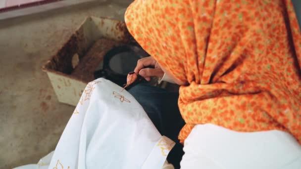 Nő festés batikolt a hajló