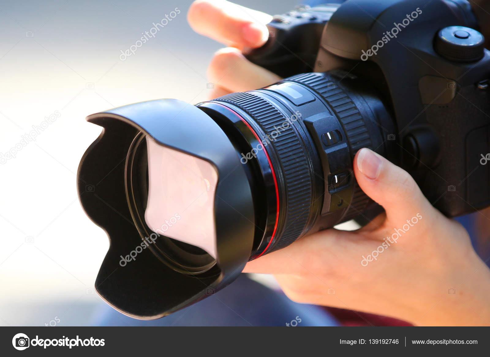 Sosteniendo una cámara de fotograma completo — Foto de stock ...