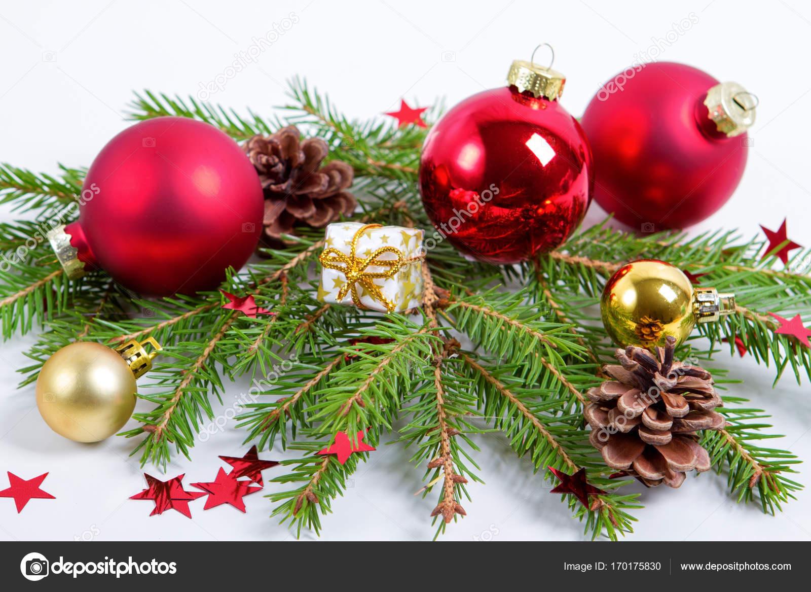 weihnachtskugeln deko mit zweigen der tanne auf wei em hintergrund stockfoto tirlikk 170175830. Black Bedroom Furniture Sets. Home Design Ideas