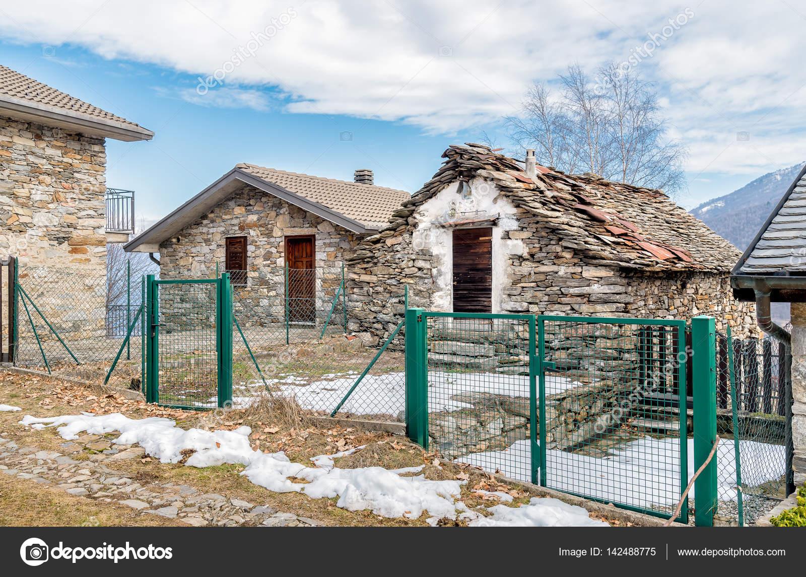 Case In Pietra Di Montagna : Case di pietra nel villaggio di montagna u foto stock elesi
