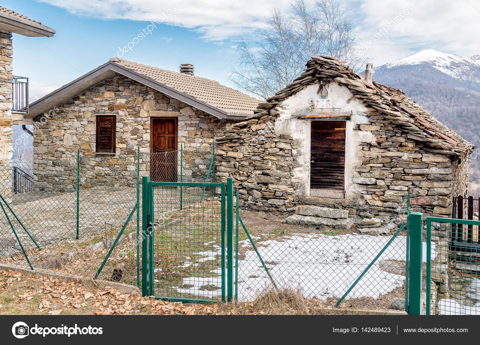Case Di Montagna In Pietra : Case di pietra nel villaggio di montagna u foto stock elesi
