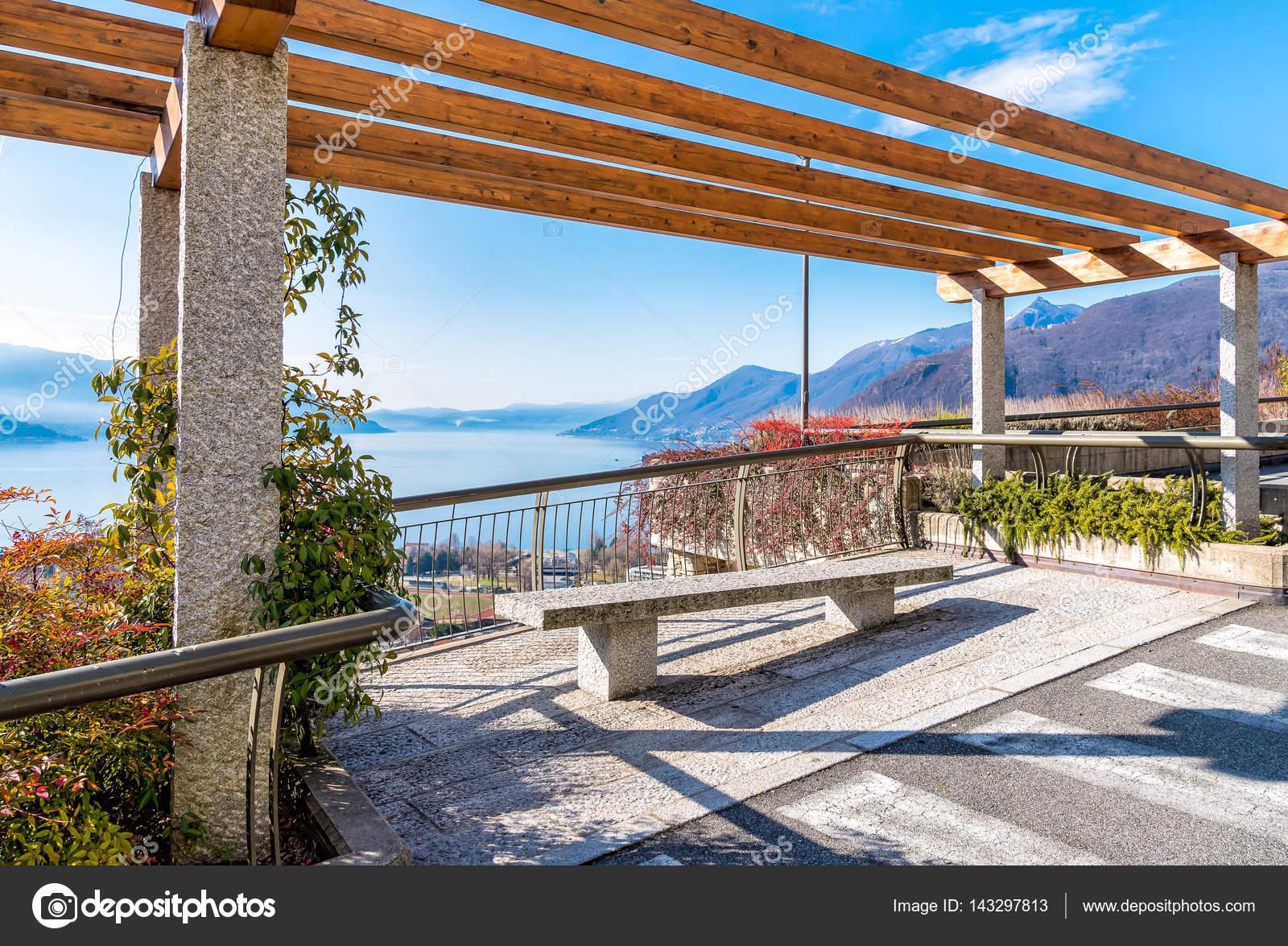 Vista sul Lago Maggiore dalla terrazza con panca, Italia — Foto ...