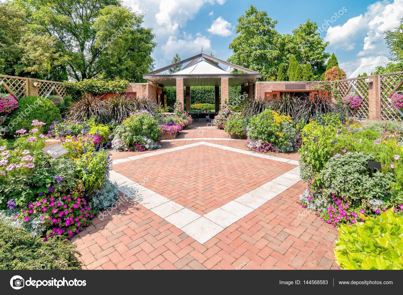 Patio Gardens At The Chicago Botanic Gardens Usa Stock Photo