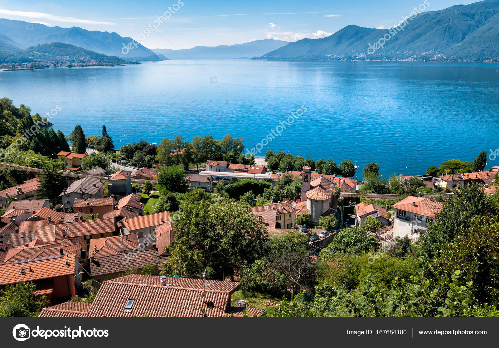 landschaft des lago maggiore mit maccagno unten luino. Black Bedroom Furniture Sets. Home Design Ideas