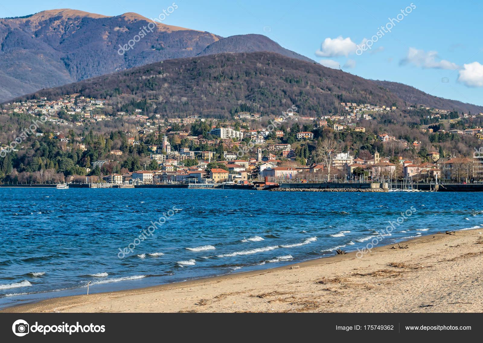 Varese Italien blick auf die stadt luino vom lago maggiore provinz varese