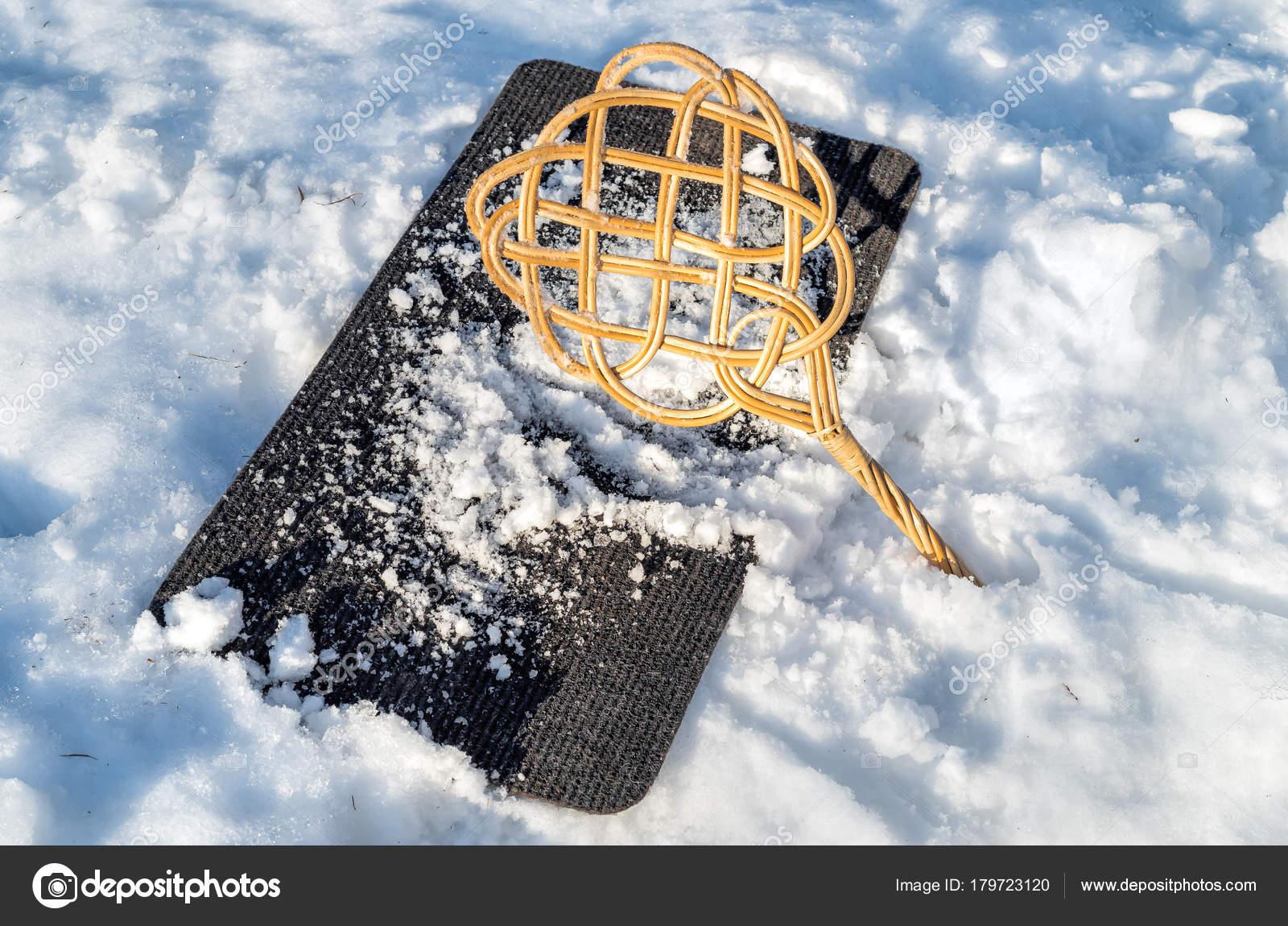 Teppichklopfer Uber Teppich Mit Schnee Fur Die Reinigung Von Winter