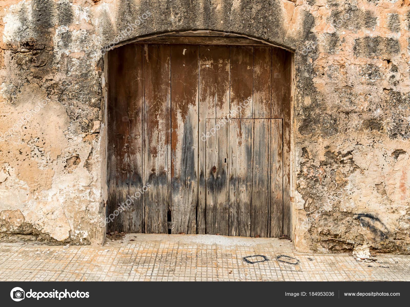 Vieja puerta madera una casa antigua fotos de stock for Puertas blindadas antigua casa gutierrez