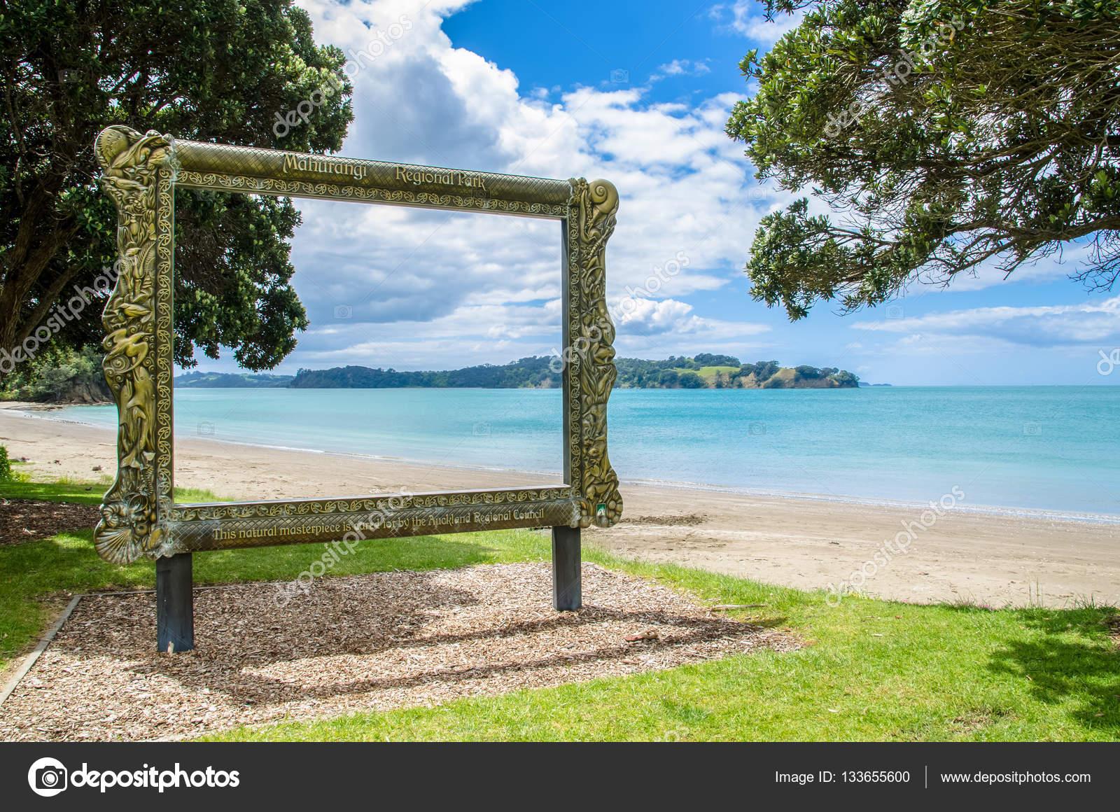 Vista del hermoso paisaje se puede ver a través del marco de cuadro ...