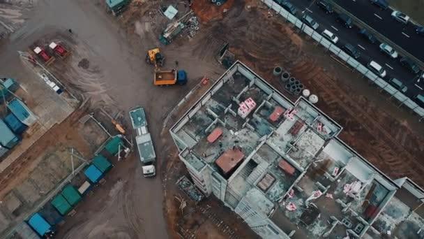 Drohnenblick Baustelle und Dächer, Lieferung Betonkonstruktionen und Materialien Mehrfamilienhaus.