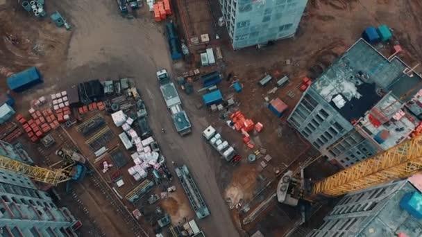 LKW mit Ladung fährt durch Baustelle.