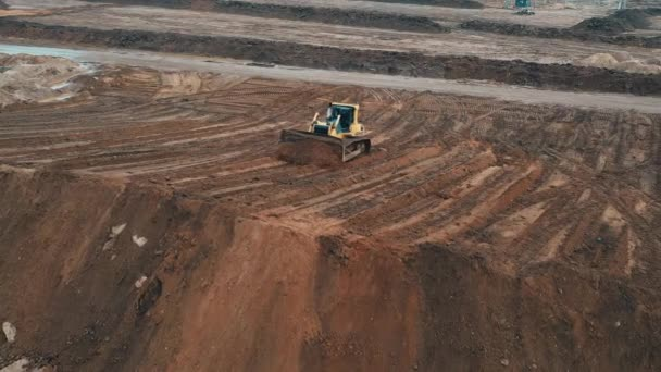 Bulldozer graben Sand im Sandbruch auf dem Bau von Mehrfamilienhäusern Schlafbereich der Stadt.