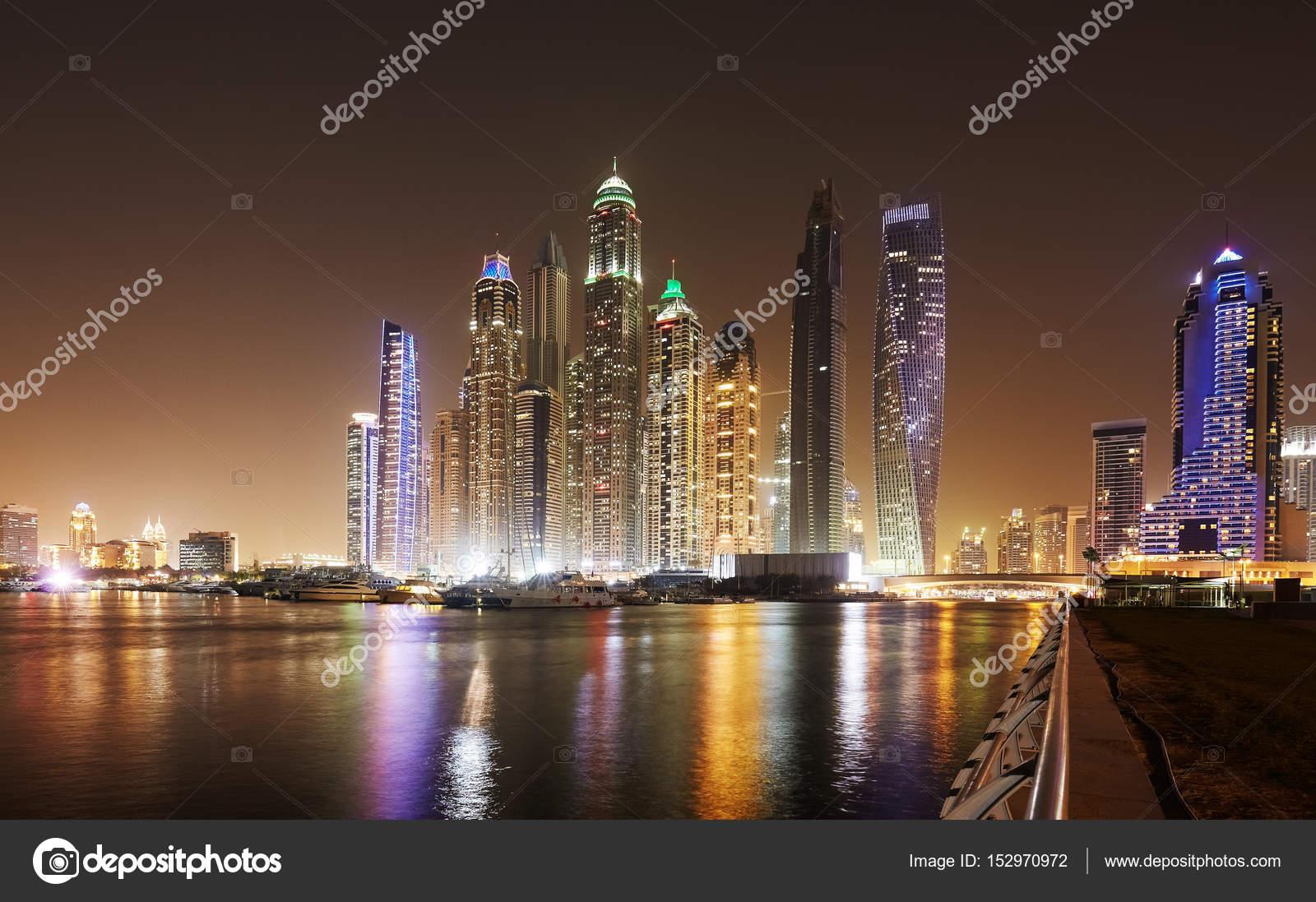 夜、アラブ首長国連邦ドバイのウ...