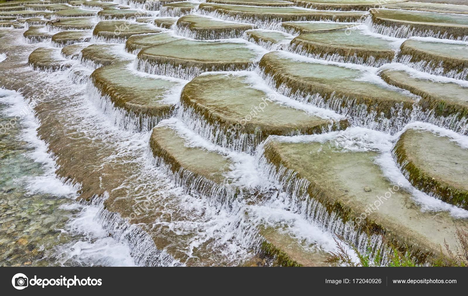 Terrazzi fluviali di acqua bianca in Blue Moon Valley, Cina — Foto ...