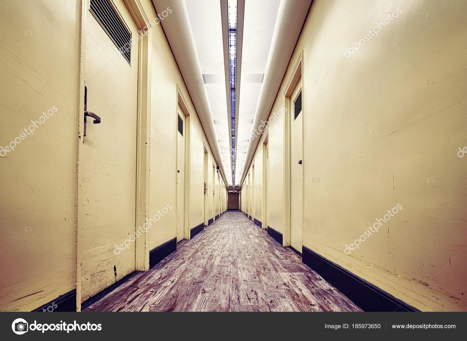 Lege hal in een oud gebouw kleur gestemde foto u stockfoto