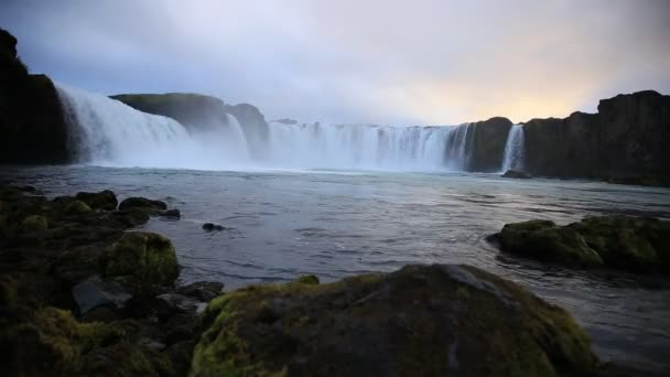 Krásný západ slunce u vodopádu Godafoss na Islandu.
