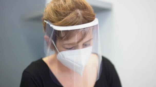Kadeřník s bezpečnostními opatřeními pro covid-19, společenská vzdálenost, s maskou mytí vlasů mýdlem na klienta
