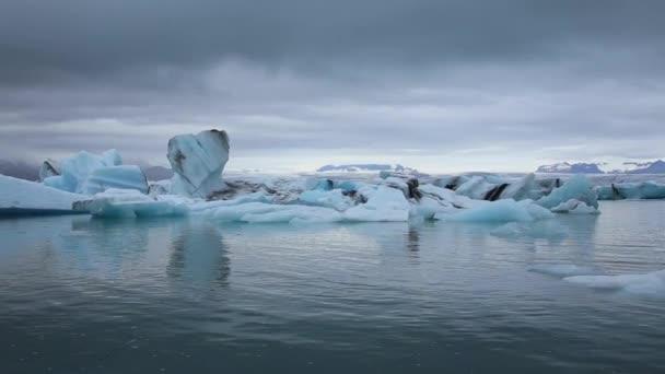 Schöne Eisberge auf dem zugefrorenen See von Jkulsrln an einem Augustmorgen. Island