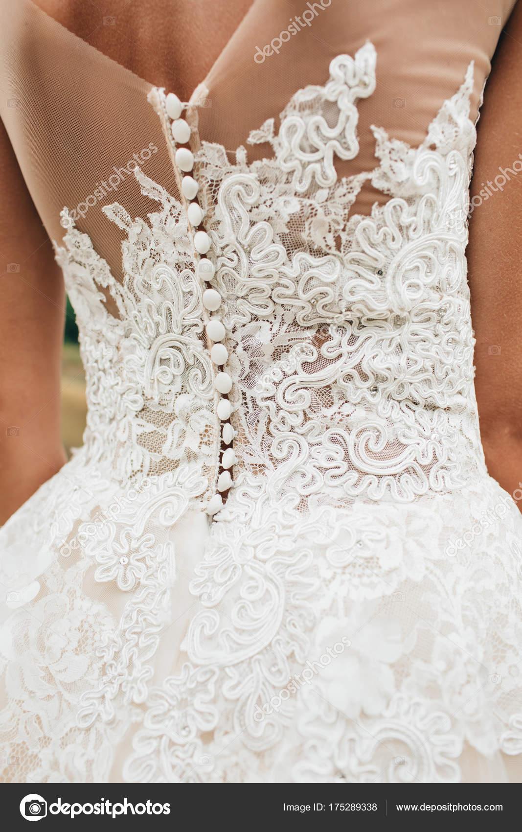 Detrás de la novia en un vestido de novia. Vista de los patrones de ...