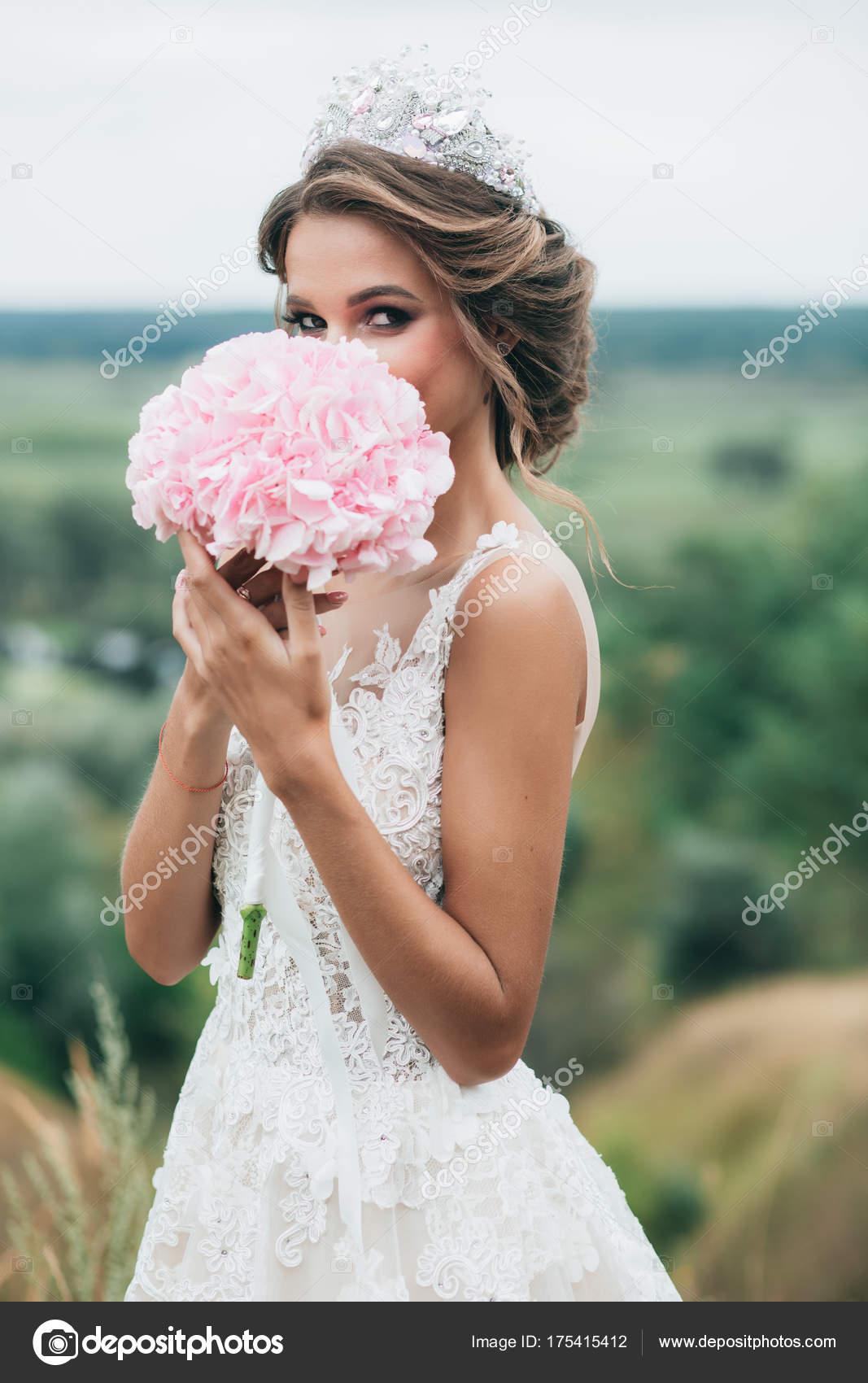 Die Braut Halt Einen Hochzeitsstrauss Von Hortensien Und Steht Auf