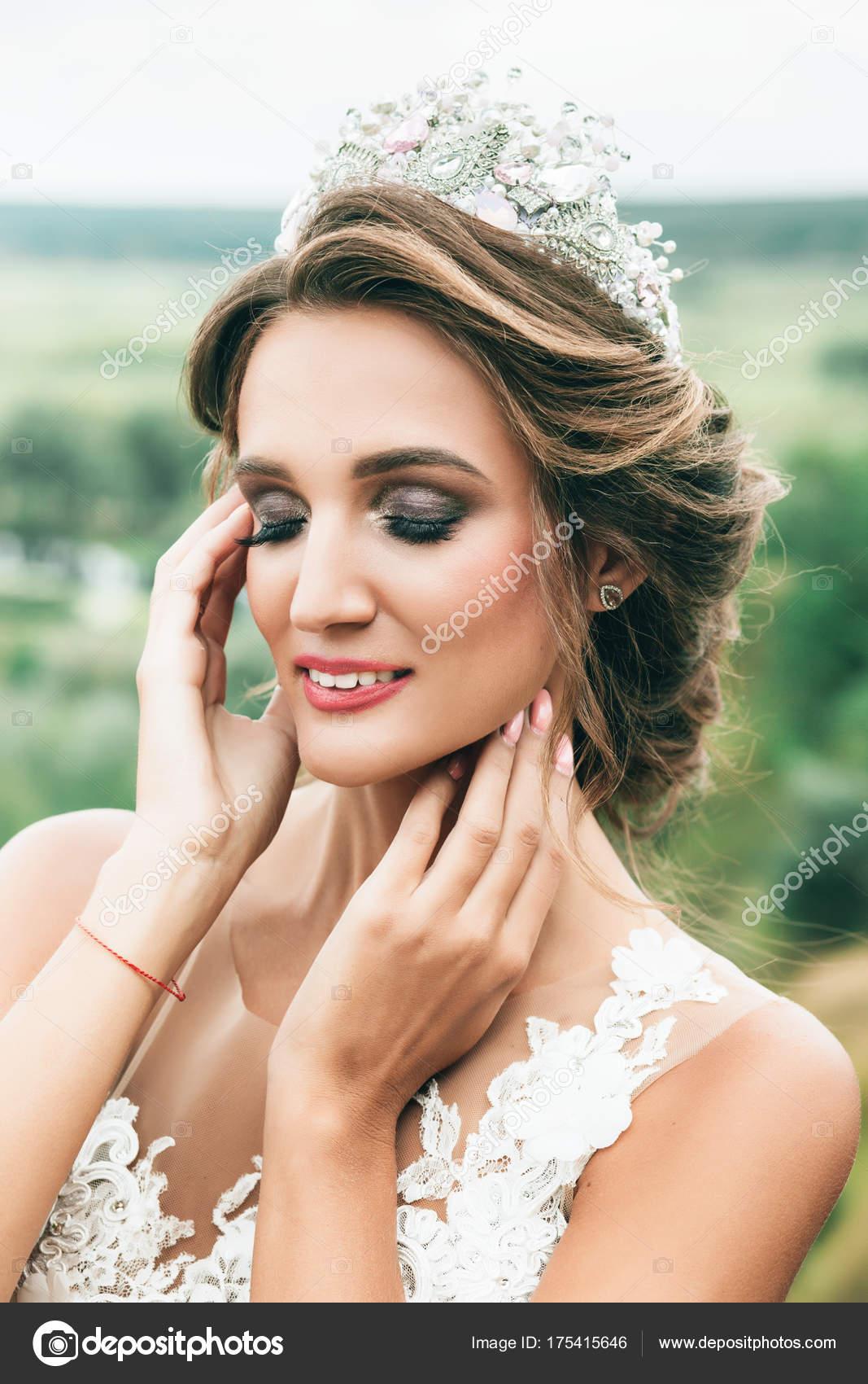Schone Braut Portrat Hochzeit Make Up Und Frisur Mit Diamant Krone