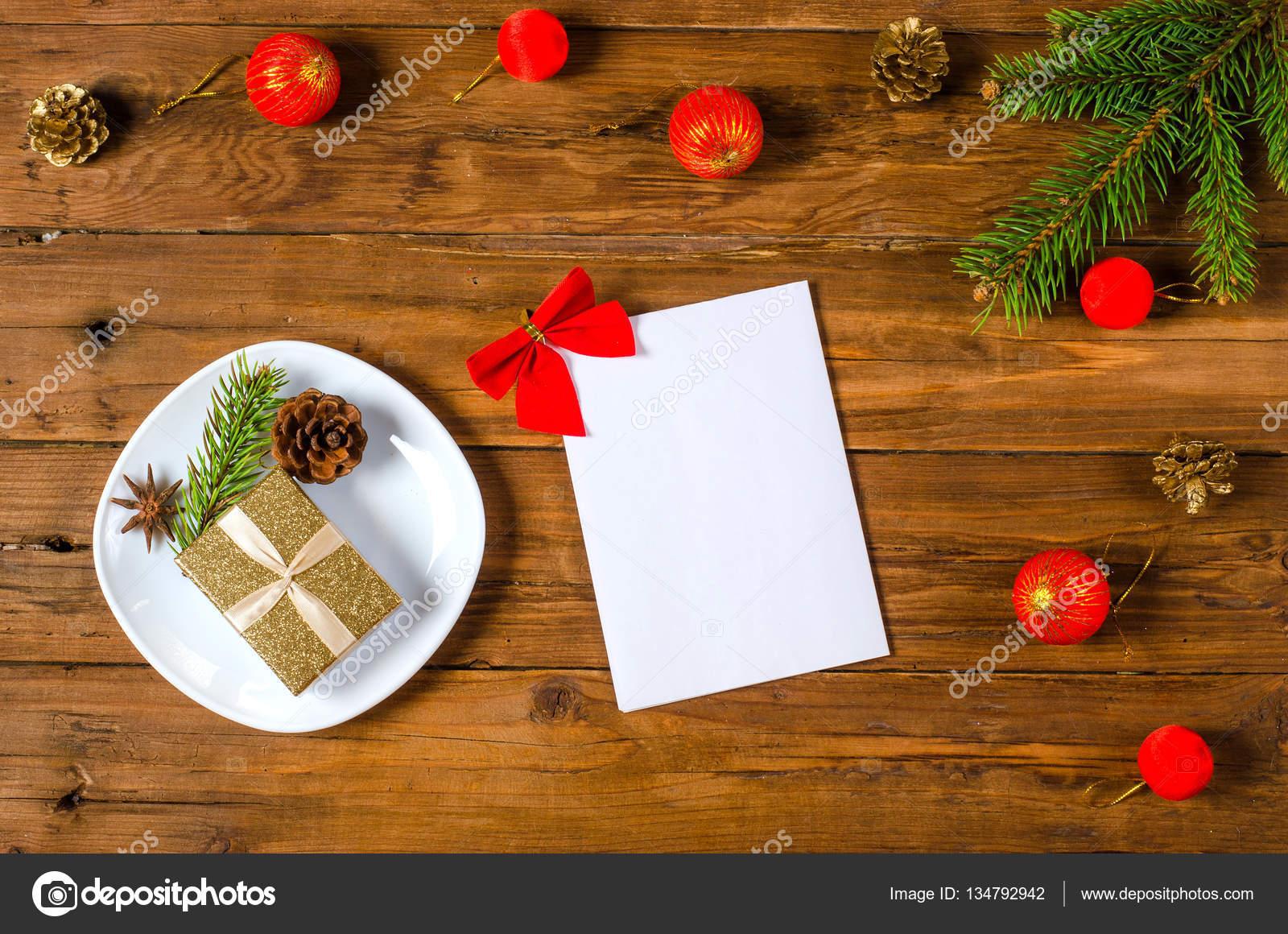 Decoraciones de Navidad y una hoja en blanco de papel sobre una ...