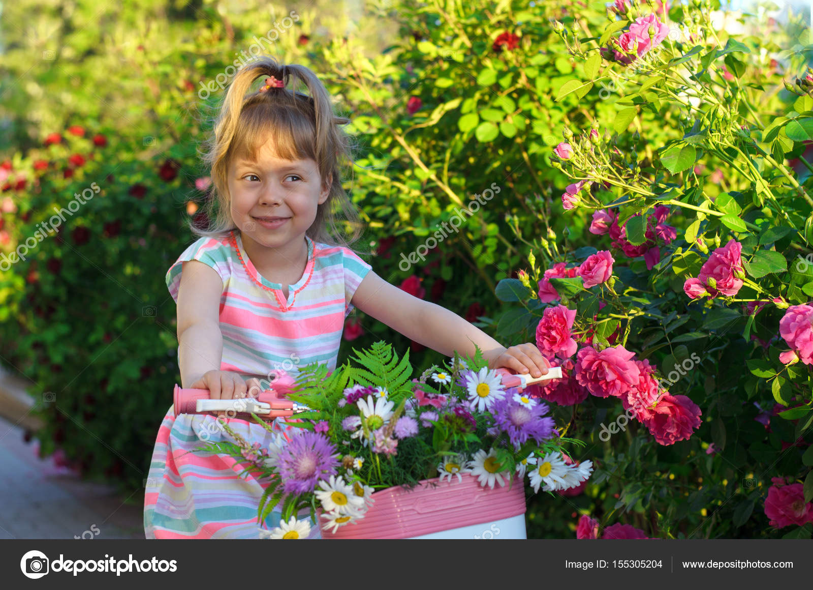 Feliz niña montando una bicicleta, Foto retrato — Foto de Stock