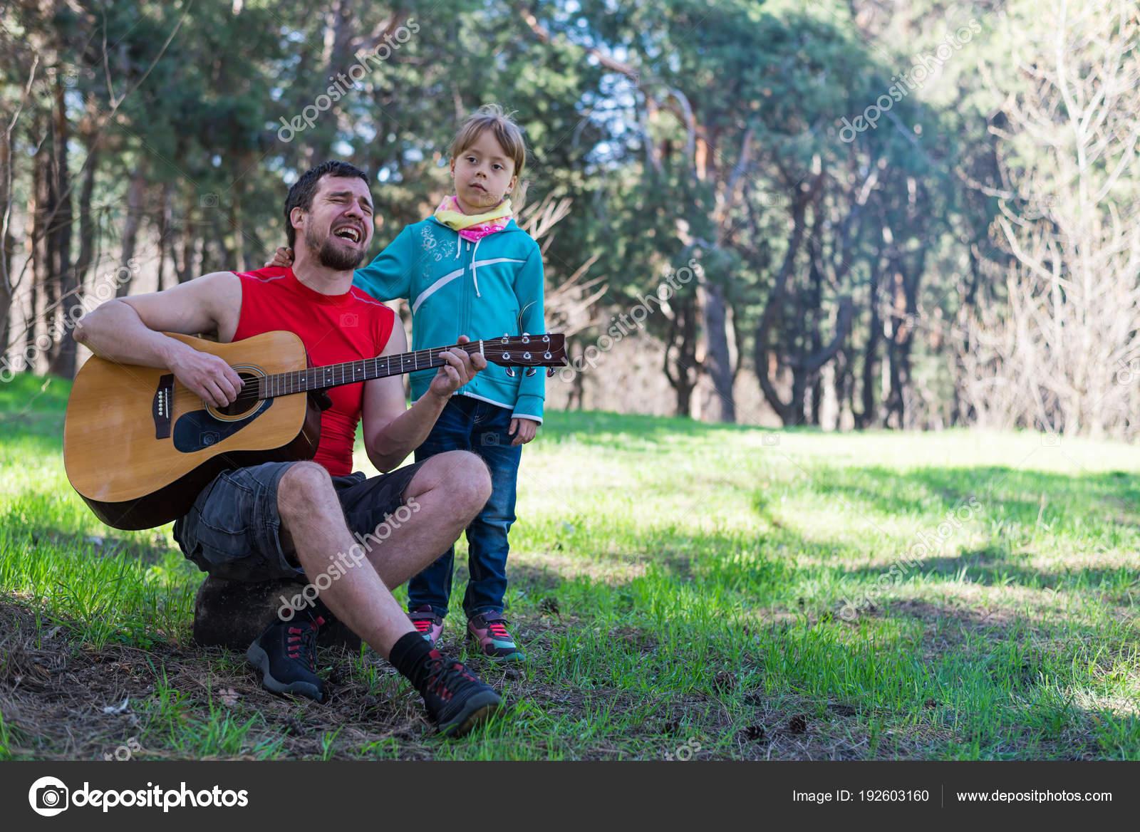 Dúo familiar: Papá tocar la guitarra con su hija, espacio libre para ...