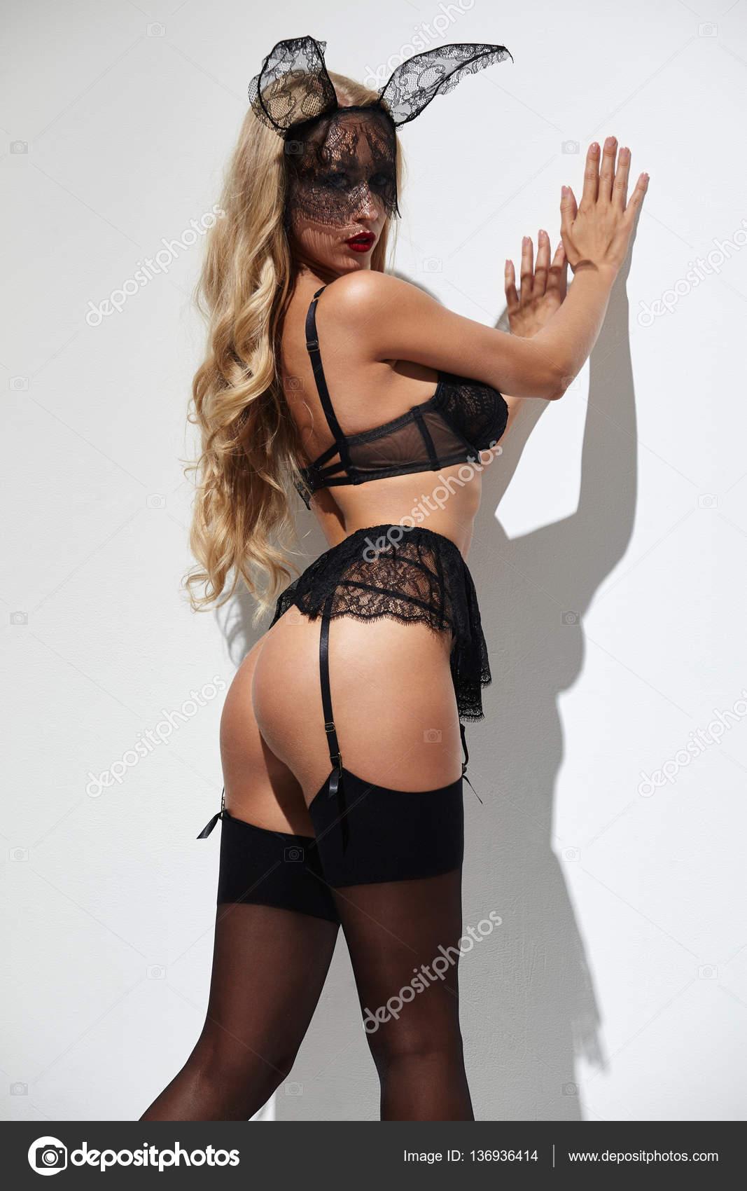Sexy mujer rubia en una lencería negra 58372bdea932