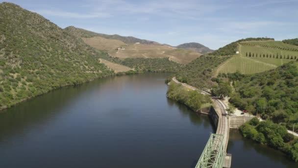 Pohled na železniční most v regionu Douro ve Ferradose, Portugalsko