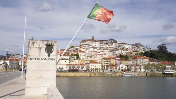 Coimbra városkép portugál zászlóval a Santa Clara hídról, Portugália