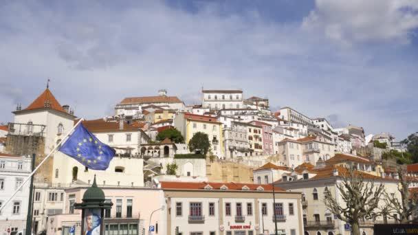 Coimbra városképe az Európai Unió zászlajával, Portugáliában