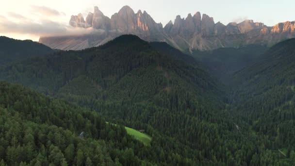 Letecké Drone video Santa Magdaleny St Maddalena Val di Funes v Dolomitských italských Alpách s vrchol Furchetta na pozadí